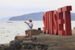 Οι παλαιοί ψαράδες που αλιεύουν στην παραλία AO nang, Krabi Ταϊλάνδη Στοκ Εικόνες