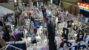 Οι πελάτες επιλέγουν τα προϊόντα στις πωλήσεις σε ένα εμπορικό κέντρο στο δρόμο Μπανγκόκ Ταϊλάνδη υπεραγορών πυλών sukhumvit απόθεμα βίντεο