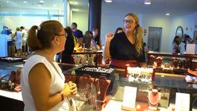 Οι πελάτες στο κόσμημα ψωνίζουν στο εργοστάσιο των τεχνητών μαργαριταριών απόθεμα βίντεο
