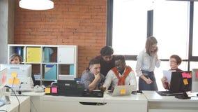 Οι πεπειραμένοι σχεδιαστές Ιστού εργάζονται στο σύγχρονο γραφείο με το εσωτερικό σοφιτών απόθεμα βίντεο