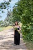 Οι περίπατοι κοριτσιών στη φύση Στοκ φωτογραφία με δικαίωμα ελεύθερης χρήσης