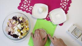 Οι περικοπές μαγείρων έβρασαν το λουκάνικο σε έναν τέμνοντα πίνακα φιλμ μικρού μήκους