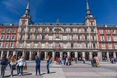 Οι περιπατητές και οι περιπατητές εποικούν τον κεντρικό δήμαρχο Plaza στη Μαδρίτη Στοκ φωτογραφίες με δικαίωμα ελεύθερης χρήσης
