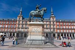 Οι περιπατητές και οι περιπατητές εποικούν τον κεντρικό δήμαρχο Plaza στη Μαδρίτη Στοκ φωτογραφία με δικαίωμα ελεύθερης χρήσης