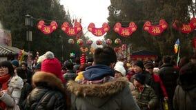 Οι περισσότεροι από τους επισκέπτες που κρατούν τα παιχνίδια στην έκθεση ναών Ditan κατά τη διάρκεια του φεστιβάλ ανοίξεων στο Πε απόθεμα βίντεο