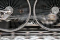 Οι περιστρεφόμενες ρόδες της ατμομηχανής ατμού στο σιδηρόδρομο στοκ φωτογραφία με δικαίωμα ελεύθερης χρήσης