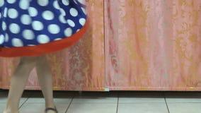 Οι περιστροφές μικρών κοριτσιών γύρω από το σε ένα disco απόθεμα βίντεο