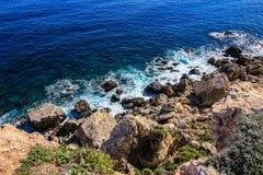 Οι περιτυλίξεις θάλασσας πέρα από τους βράχους στο μεσογειακό νησί της Μάλτας στοκ εικόνες