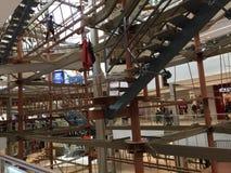 Οι περιφράγματα κεντροθετούν εσωτερικό Skywalk Στοκ φωτογραφία με δικαίωμα ελεύθερης χρήσης