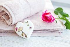 Οι πετσέτες και το άλας για το λουτρό και αυξήθηκαν Θέση για την επιγραφή Θόριο Στοκ φωτογραφία με δικαίωμα ελεύθερης χρήσης