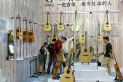 Οι πελάτες αγοράζουν τις κιθάρες στα μουσικά όργανα Στοκ Εικόνες