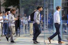 Οι πελάτες παρατάσσουν έξω από τη Apple Store στη Πέμπτη Λεωφόρος για να αγοράσουν το νέο iPhone 6 Στοκ Εικόνες