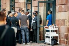 Οι πελάτες περιμένουν στη γραμμή έξω από τη Apple Store Στοκ Φωτογραφίες