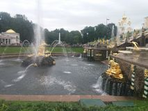 Οι πηγές Petrodvorets, η Αγία Πετρούπολη, Peterhof, φθινόπωρο, ο καιρός είναι θαυμάσιες στοκ φωτογραφίες