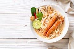 οι πικάντικες γαρίδες udon το νουντλς (Tom Yum Goong στοκ εικόνες