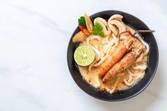 οι πικάντικες γαρίδες udon το νουντλς (Tom Yum Goong στοκ φωτογραφίες