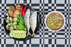 Οι πικάντικες γαρίδες κολλούν την εμβύθιση ως Nam Prik Kapi σε Ταϊλανδό με το δευτερεύον πιάτο Στοκ Εικόνες