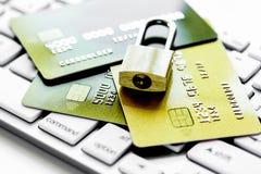 Οι πιστωτικές κάρτες στο πληκτρολόγιο με την κλειδαριά κλείνουν επάνω στοκ εικόνες