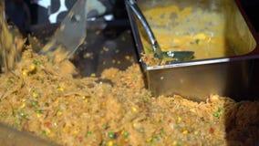 Οι πλανόδιοι πωλητές προετοιμάζουν το παραδοσιακό ασιατικό ρύζι με τα λαχανικά στην οδό απόθεμα βίντεο