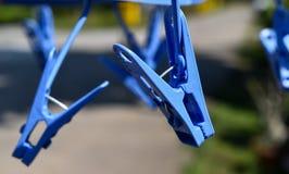 Οι πλαστικοί συνδετήρες υφασμάτων κρεμούν στη γραμμή ενδυμάτων Στοκ εικόνα με δικαίωμα ελεύθερης χρήσης