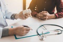 Οι πνευματικές υγείες γιατρών επαγγελματικές και ο ασθενής συζητούν Στοκ Εικόνες