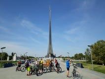 Οι ποδηλάτες έχουν ένα σύντομο διάλειμμα στοκ φωτογραφίες με δικαίωμα ελεύθερης χρήσης