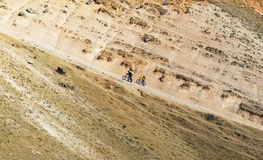 οι ποδηλάτες βαθμολογούν τα υψηλά βουνά στοκ εικόνα με δικαίωμα ελεύθερης χρήσης