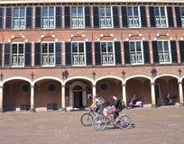 Οι ποδηλάτες στο α η πλατεία στοκ εικόνα