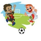 Οι ποδοσφαιριστές παιδιών παίζουν τη σφαίρα στο στάδιο ελεύθερη απεικόνιση δικαιώματος