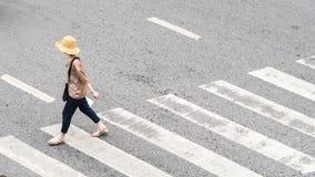 Οι πολυάσχολοι άνθρωποι πόλεων κινούνται προς τη για τους πεζούς διάβαση πεζών στην επιχείρηση TR Στοκ φωτογραφία με δικαίωμα ελεύθερης χρήσης