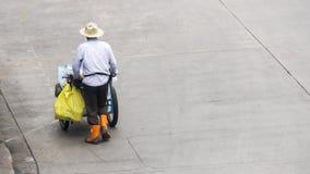 Οι πολυάσχολοι άνθρωποι πόλεων με το κάρρο κινούνται προς τη για τους πεζούς διάβαση πεζών στο β Στοκ φωτογραφία με δικαίωμα ελεύθερης χρήσης
