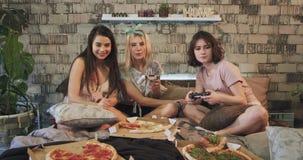 Οι πολυ εθνικές κυρίες εγχώριων κομμάτων έχουν έναν χρόνο διασκέδασης που τρώει μαζί την πίτσα και που προετοιμάζεται να αρχίσουν φιλμ μικρού μήκους