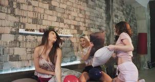 Οι πολυ εθνικές κυρίες σε μια νύχτα sleepover σε μια σύγχρονη κρεβατοκάμαρα έχουν έναν χρόνο διασκέδασης που κτυπά μαζί με τα μαξ απόθεμα βίντεο