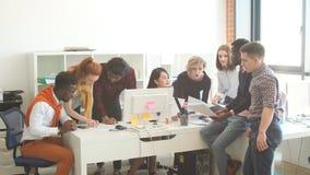 Οι πολυ φυλετικοί επιχειρηματίες επιλύουν το πρόγραμμα ξεκινήματος απόθεμα βίντεο