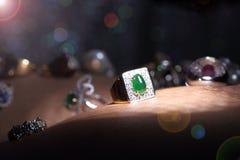 Οι πολύτιμοι λίθοι, κόσμημα, Daimond, χρυσά ασημένια, ροδοκόκκινα vavluable δαχτυλίδια Στοκ Εικόνα