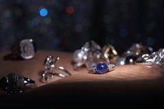 Οι πολύτιμοι λίθοι, κόσμημα, Daimond, χρυσά ασημένια, ροδοκόκκινα vavluable δαχτυλίδια Στοκ Φωτογραφίες