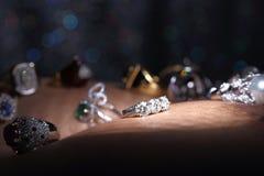 Οι πολύτιμοι λίθοι, κόσμημα, Daimond, χρυσά ασημένια, ροδοκόκκινα vavluable δαχτυλίδια Στοκ Εικόνες