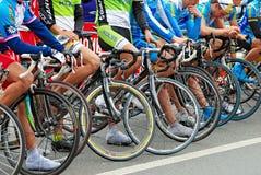 οι ποδηλάτες συναγωνίζ&omic Στοκ εικόνα με δικαίωμα ελεύθερης χρήσης