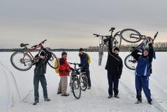 Οι ποδηλάτες έφθασαν στο τελικό σημείο της διαδρομής Στοκ φωτογραφία με δικαίωμα ελεύθερης χρήσης