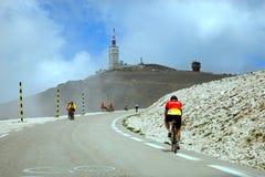 Οι ποδηλάτες στο δρόμο στον τρόπο στην κορυφή Ventoux τοποθετούν Στοκ Εικόνα