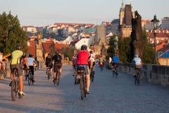 Οι ποδηλάτες στο Charles γεφυρώνουν Στοκ Φωτογραφίες