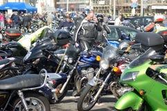 Οι ποδηλάτες συλλέγουν σε ένα φεστιβάλ ποδηλάτων παραλιών Στοκ Εικόνες