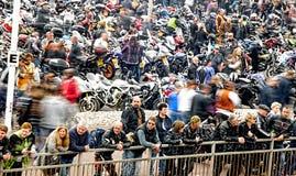 Οι ποδηλάτες συλλέγουν σε ένα φεστιβάλ ποδηλάτων παραλιών Στοκ φωτογραφίες με δικαίωμα ελεύθερης χρήσης