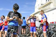 Οι πολυάριθμοι ποδηλάτες που αναρριχήθηκαν στο ποδήλατο Ventoux υποστηριγμάτων γιορτάζουν το τους Στοκ φωτογραφία με δικαίωμα ελεύθερης χρήσης