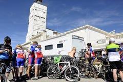 Οι πολυάριθμοι ποδηλάτες που αναρριχήθηκαν στο ποδήλατο Ventoux υποστηριγμάτων γιορτάζουν το τους Στοκ Φωτογραφίες
