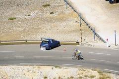 Οι πολυάριθμοι ποδηλάτες που αναρριχήθηκαν στο ποδήλατο Ventoux υποστηριγμάτων γιορτάζουν το τους Στοκ φωτογραφίες με δικαίωμα ελεύθερης χρήσης