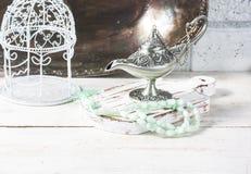 Οι πράσινες ισλαμικές χάντρες προσευχής, χρονολογούν και ασημένιος λαμπτήρας aladdin ` s σε ένα σκοτεινό ξύλινο υπόβαθρο Έννοια R Στοκ εικόνες με δικαίωμα ελεύθερης χρήσης