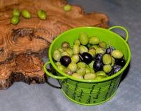 Οι πράσινες και μαύρες ελιές σε ένα μέταλλο και μαύρες ελιές ι Στοκ Εικόνες