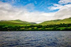 Οι πράσινοι λόφοι χλόης κλίνουν το τοπίο στη λίμνη Tay στην κεντρική Σκωτία Στοκ Εικόνες