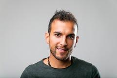 Οι πραγματικοί άνθρωποι είναι καλύτεροι: πορτρέτο ενός νεαρού άνδρα Στοκ Φωτογραφίες